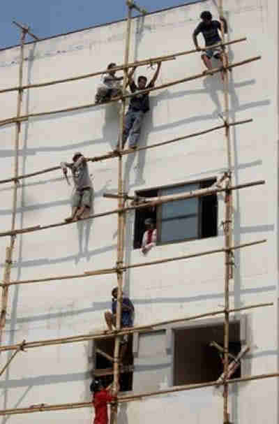 thai workers risk lives building condos