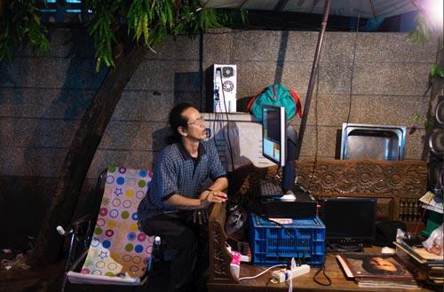 klong-thom-vinyl-street-seller