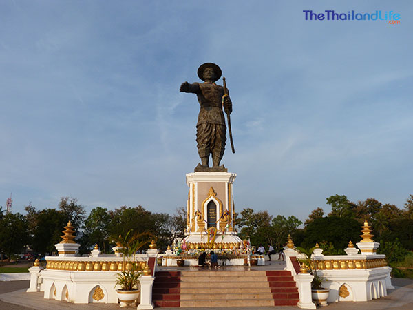 King-Anouvong-statue-vientiane
