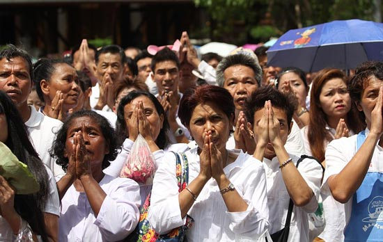 thai-people-praying